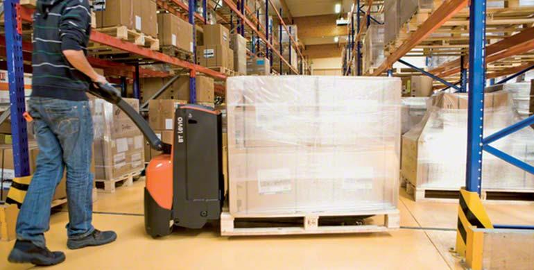 Silniki w wózkach paletowych elektrycznych umożliwiają zarówno przemieszczanie palet, jak i niewielkie ich podniesienie nad podłogę