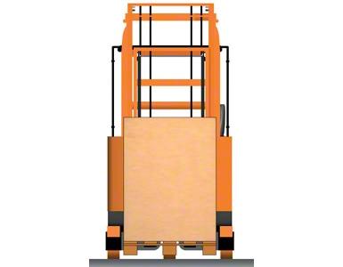 Wózek widłowy wysokiego składowania z paletą wewnątrz podwozia
