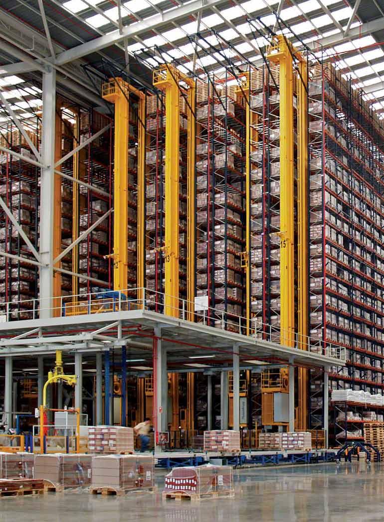 Regały wysokiego składowania we wnętrzu hali produkcyjnej i sprzedaży ceramiki budowlanej