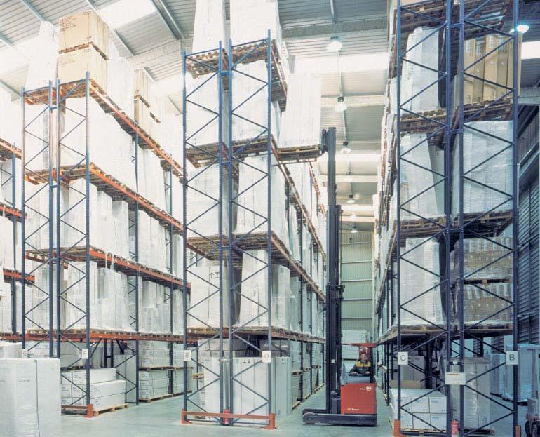Statyczne regały paletowe w magazynie operatora logistycznego