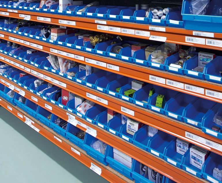Pojemniki typu euro w magazynie firmy specjalizującej się w dostawach przemysłowych.