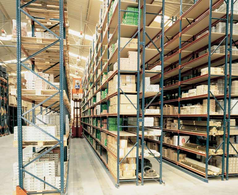 Magazyn na pojedyncze pudełka z regałami obsługiwanymi przez wózek do kompletacji zamówień