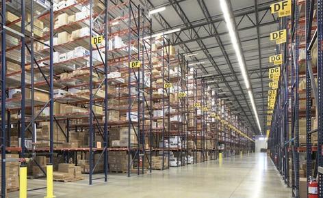 Regały paletowe optymalizują wykorzystanie powierzchni w centrum dystrybucyjnym hurtowego sprzedawcy odzieży w Dallas