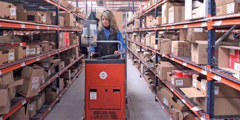 Operator w trakcie kompletacji z niskiego poziomu wykonywanej przy pomocy wózka do przeprowadzania kompletacji.