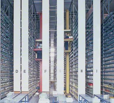 Kompletacja z wysokiego poziomu w magazynie firmy produkującej komponenty elektroniczne