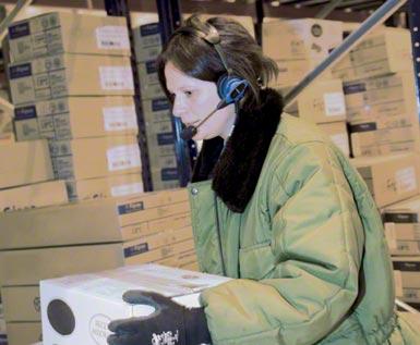 Kompletacja głosowa (voice picking) stosowana w zautomatyzowanym centrum logistycznym przeznaczonym na magazynowanie i dystrybucję produktów mrożonych