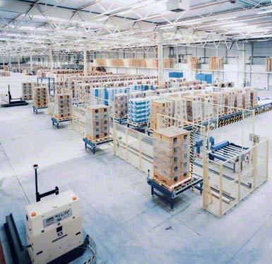 Magazyn buforowy skompletowanych zamówień w strefie wysyłki z automatycznym sortowaniem.