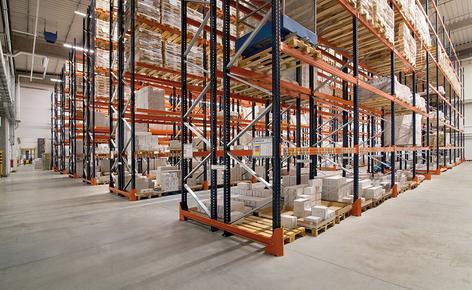 Mecalux dostarczył i zamontował regały paletowe, które umożliwiają bezpośredni dostęp do towarów i zapewniają pojemność magazynową na poziomie 10 906 palet