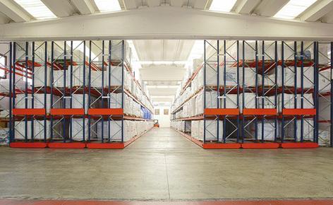 Saccheria F.lli Franceschetti wybrała regały przesuwne Movirack firmy Mecalux do składowania ponad 1500 palet