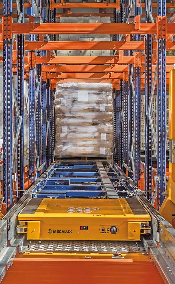 Regały obsługiwane przez automatyczny wózek Pallet Shuttle w ANL Plastics