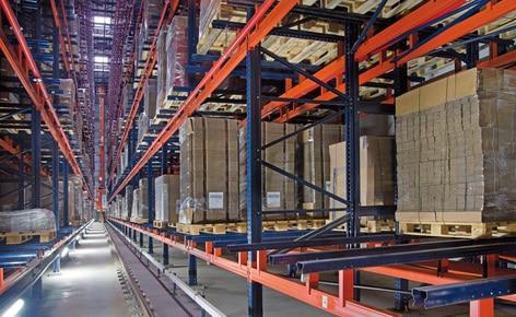 Automatyczny magazyn samonośny o pojemności ponad 6300 palet z tylko dwoma korytarzami roboczymi